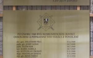 Vyškov-Dědice. Pamětní deska vojákům z povolání popraveným v letech 1949–1955