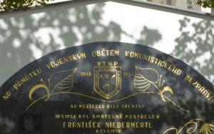 Most. Pamětní deska vojenským obětem komunismu