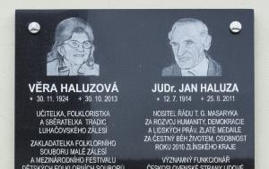 Luhačovice-Pozlovice. Pamětní deska Věře a Janu Haluzovým