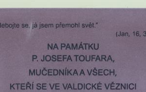 Valdice. Pamětní deska Josefu Toufarovi a všem obětem věznění ve Valdicích