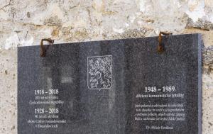 Horažďovice. Pamětní deska stému výročí republiky a obětem komunismu