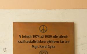 Plzeň. Pamětní deska Karlu Sykovi