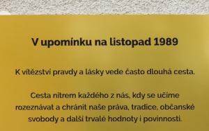 Lovosice. Pamětní deska k 30. výročí Listopadu 1989