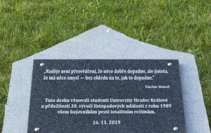 Hradec Králové. Pamětní deska k 30. výročí Listopadu 1989