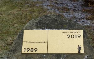 Bystřice pod Hostýnem. Pamětní deska k 30. výročí Listopadu 1989