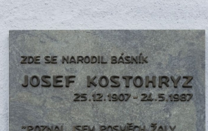 Křenovice. Pamětní deska Josefu Kostohryzovi