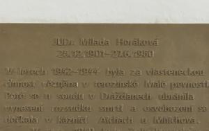Terezín. Pamětní deska Miladě Horákové