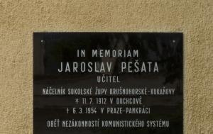 Duchcov. Pamětní deska Jaroslavu Pešatovi