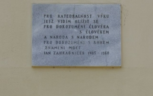 Brno-střed. Pomník Znamení. Pamětní desky Janu Zahradníčkovi a obětem nesvobody