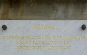 Ostrov-Vykmanov. Pamětní deska na Věži smrti