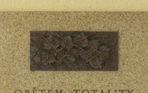 Holubice. Pamětní deska obětem komunismu 1948–1989
