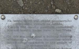 Ještěd. Pamětní deska na svobodné vysílání v době okupace