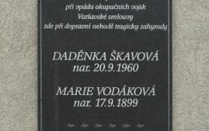 Desná. Pamětní deska Dagmar Škavové a Marii Vodákové
