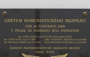 Žatec. Pamětní deska členům odbojové skupiny Praha-Žatec