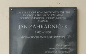 Znojmo. Pamětní deska Janu Zahradníčkovi