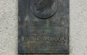 Kroměříž. Pamětní deska Ludvíku Svobodovi