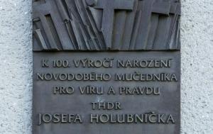 Kyselovice. Pamětní deska Josefu Holubníčkovi