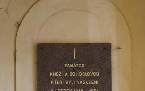 Praha 6. Pamětní deska příslušníkům pomocných technických praporů z řad kněží