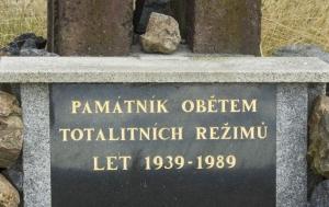 Blovice. Kříž a pamětní deska obětem totalitních režimů