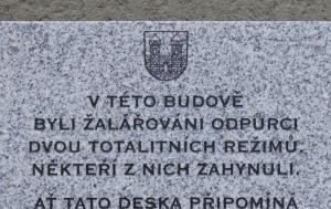 Klatovy. Pamětní deska odpůrcům totalitních režimů