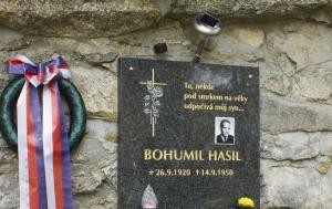 České Žleby. Pamětní deska Bohumilu Hasilovi