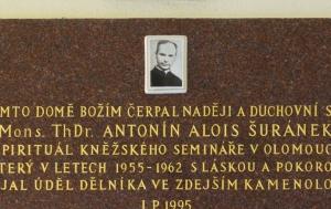 Štramberk. Pamětní deska Antonínu Šuránkovi