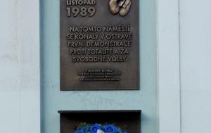 Ostrava. Pamětní deska k 30. výročí Listopadu 1989