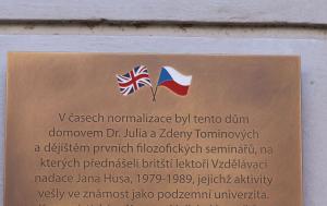 Praha 7. Pamětní deska upomínající na podzemní univerzitu