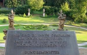 Praha 1. Pamětní deska upomínající obsazení německého velvyslanectví v Praze uprchlíky z NDR na podzim 1989