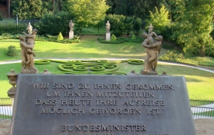 Praha 1. Deska upomínající obsazení německého velvyslanectví uprchlíky z NDR v Praze na podzim 1989