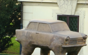 """Praha 1. Socha """"Quo vadis"""" (trabant) a doprovodné pamětní desky"""